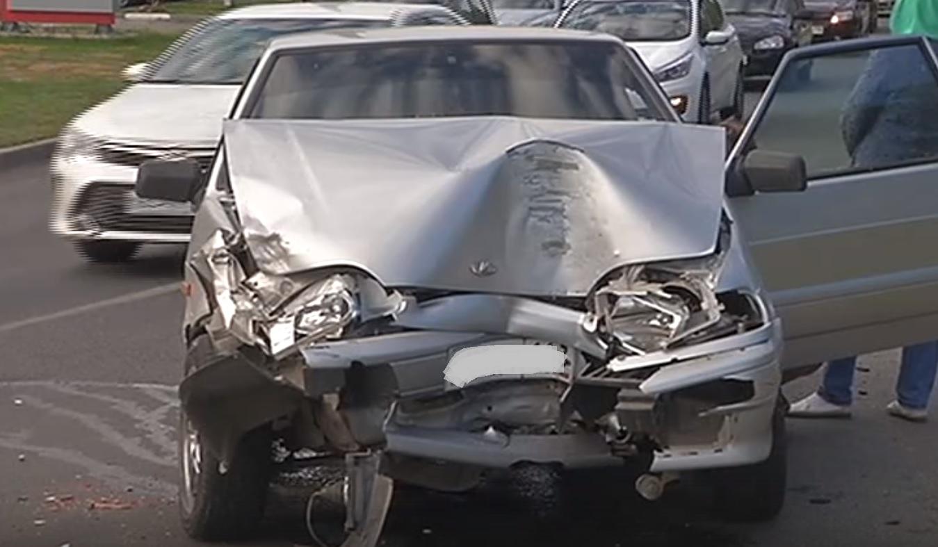 В Тольятти водитель легковушки «обнял» столб и попал к врачам