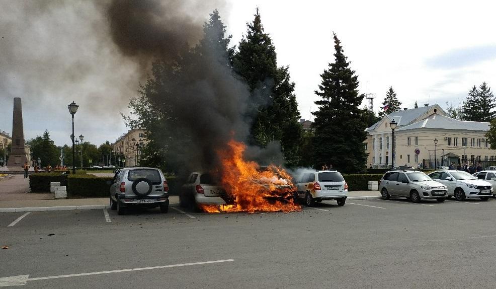 Рядом со зданием администрации Тольятти сгорели три машины. Возможен поджог