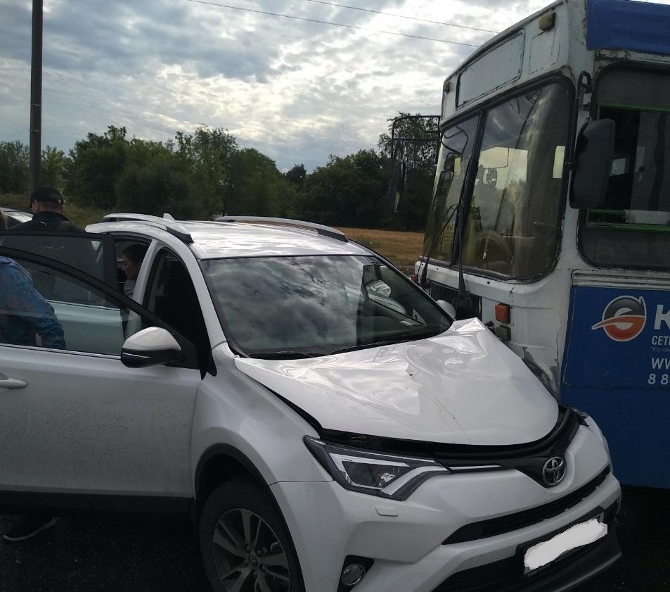 Автобус выехал на «встречку»: В Тольятти авария с 5 машинами
