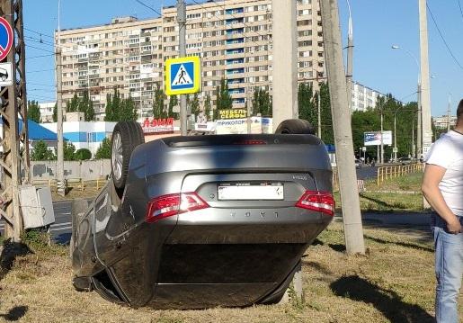 В Тольятти на перекрестке столкнулись две «Весты». Одна перевернулась