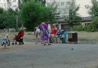 В Тольятти мамашку, устроившую пьянку во дворе, могут лишить родительских прав