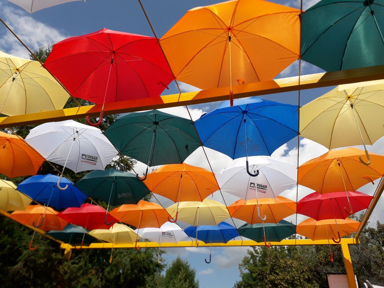25 метров эмоций: Тольяттинцам подарили яркую аллею парящих зонтиков