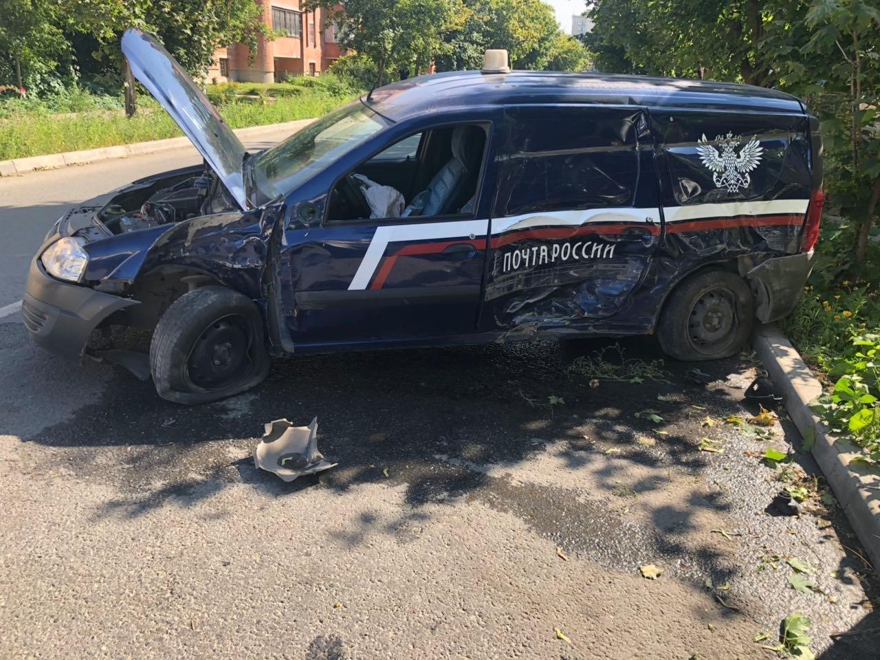 В Тольятти почтовый «Ларгус» попал в ДТП, есть пострадавший