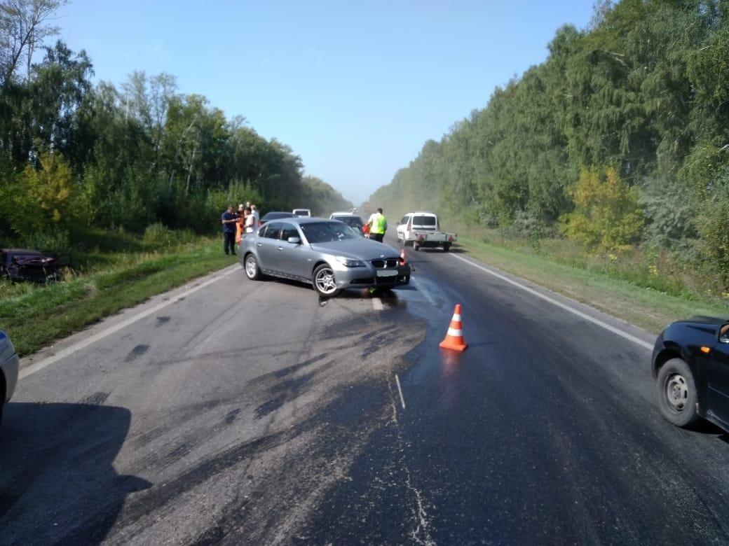 На автодороге «Тольятти-Хрящевка» столкнулись две иномарки, одна съехала в кювет