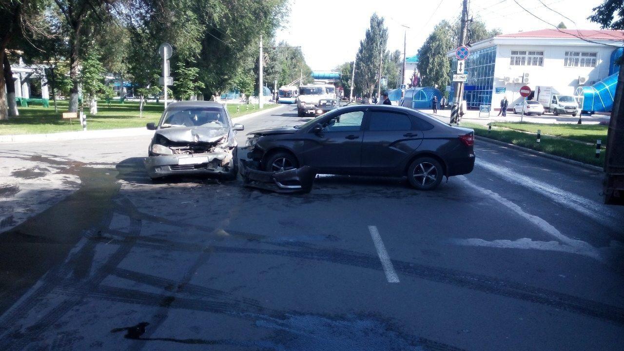 В Тольятти на улице Новозаводской столкнулись «Веста» и «Калина». Есть пострадавший