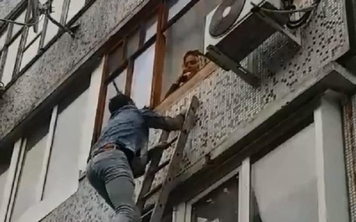 Мы лазим в окна к любимым женщинам: в Тольятти засняли необычное предложение руки и сердца