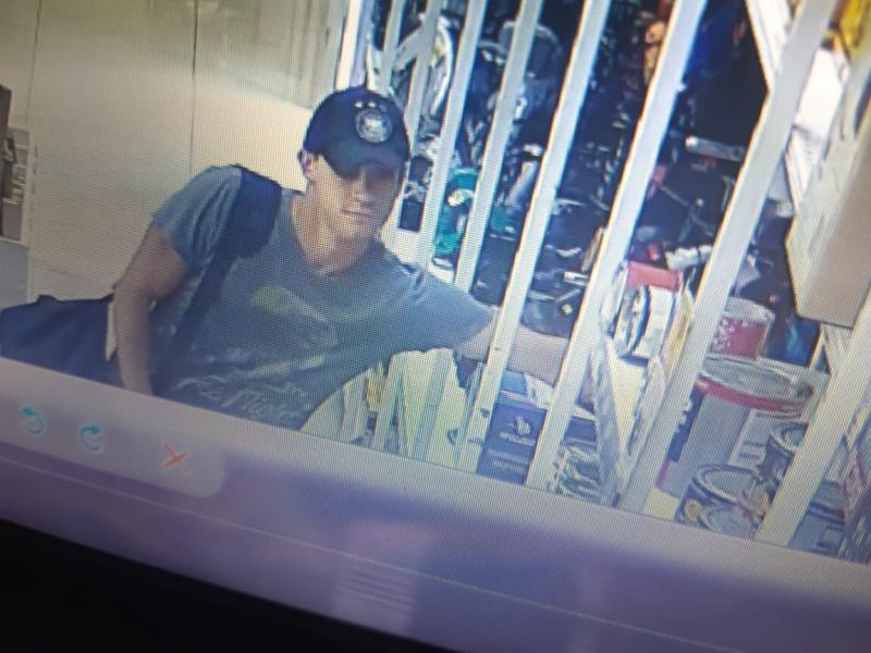 Полиция объявила в розыск парня, обокравшего магазин под Тольятти