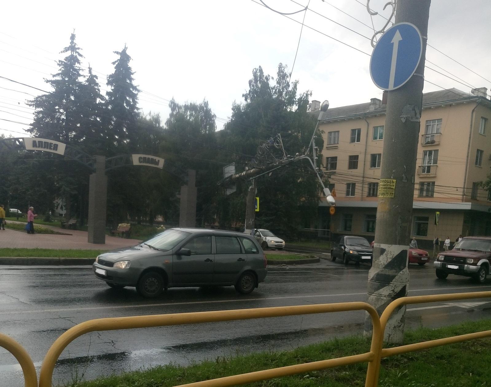 Повис на проводах: В Тольятти у Аллеи Славы обрушился столб
