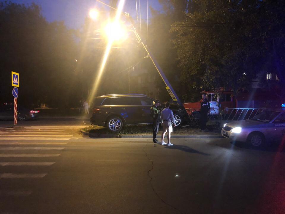 В Тольятти «Мерседес» врезался в столб рядом с пешеходным переходом