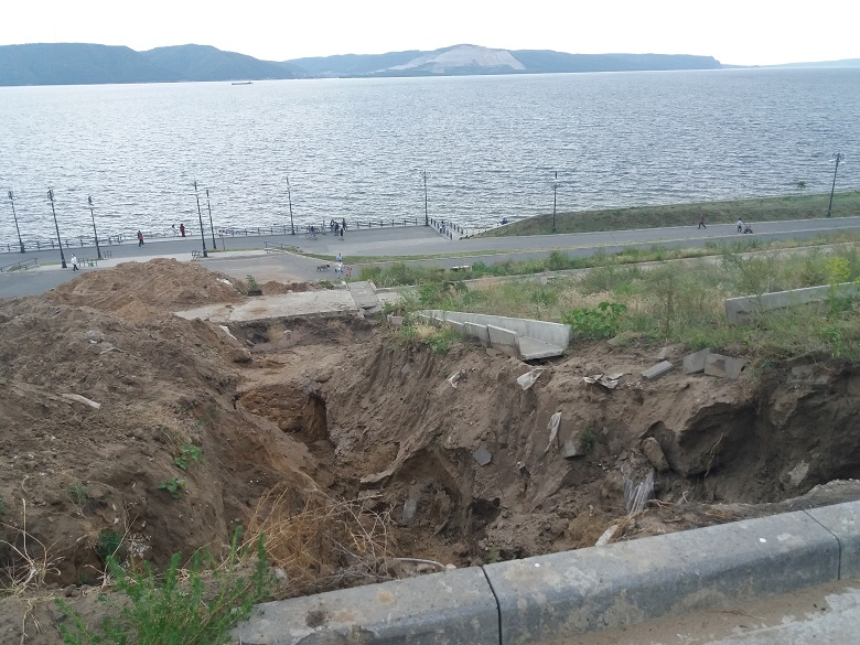 Лестницу на набережной Комсомольского района восстановят до конца недели