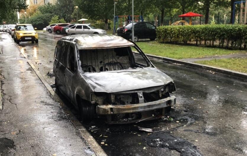 Ночью в тольяттинском дворе сгорели три машины