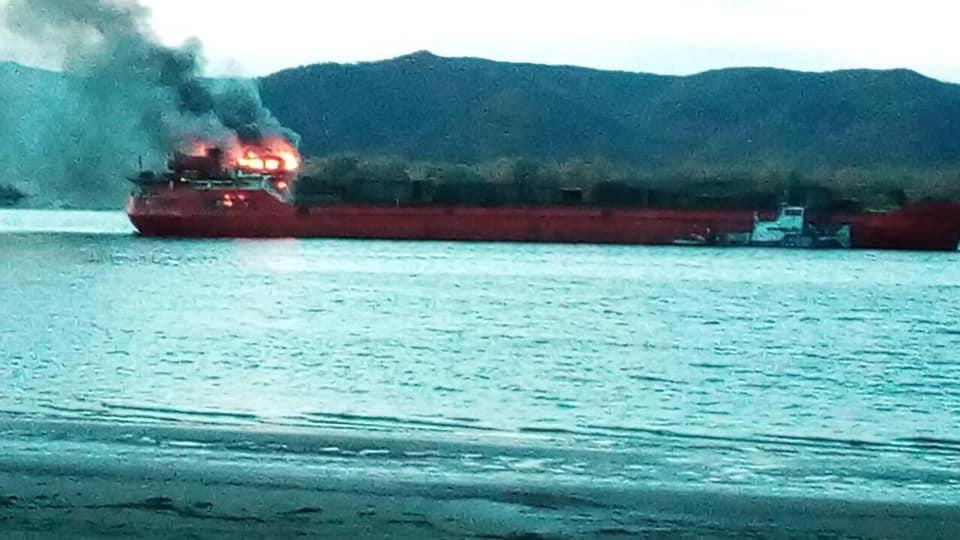 Ночью на Волге у Тольятти загорелось судно с 12 людьми на борту
