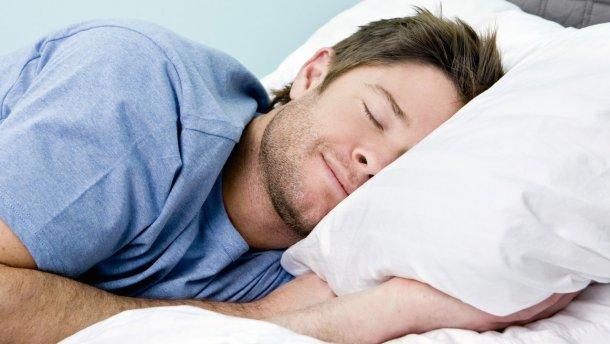 Названы самые опасные позы для сна
