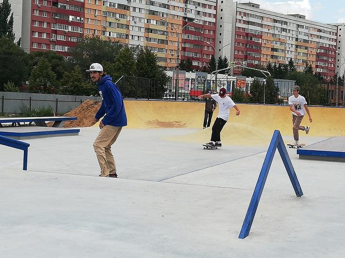 Конфликт экстремальщиков и жителей устранят: В строящемся сквере Тольятти опробовали скейт-площадку