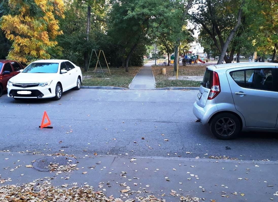 В Тольятти водитель во дворе наехал на маму с ребенком