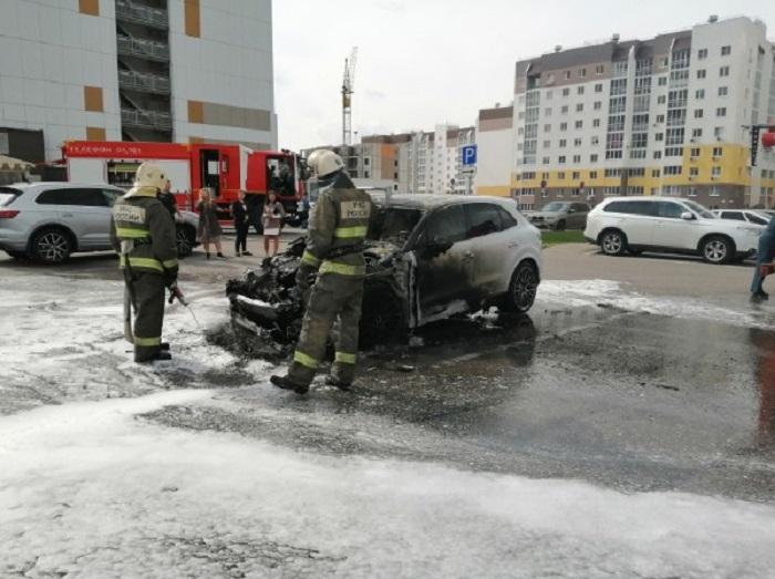 «Бросили пакет с горючей смесью»: В Тольятти разыскивают очевидцев поджога Porsche Cayenne