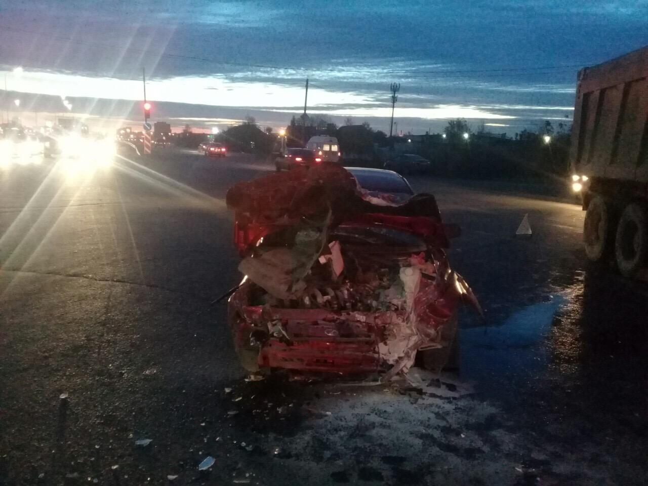 Три женщины пострадали в аварии легковушки и грузовика в Тольятти