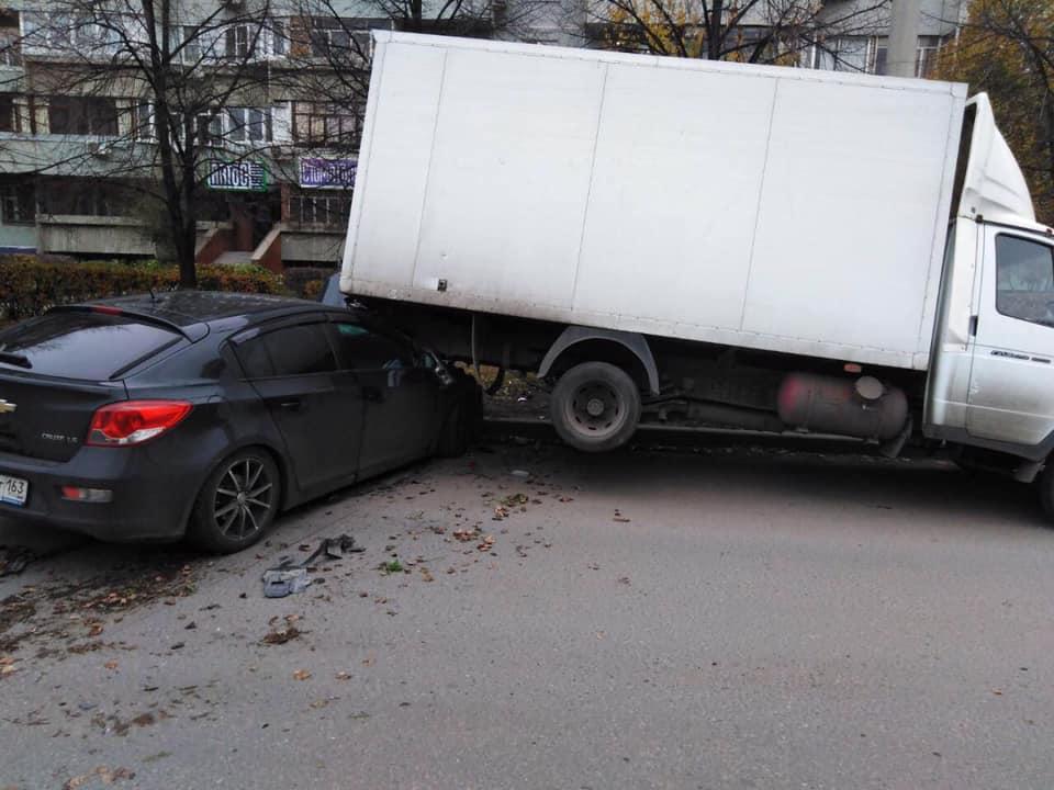 В Тольятти водитель «Шевроле» врезался в грузовик и убежал с места ДТП