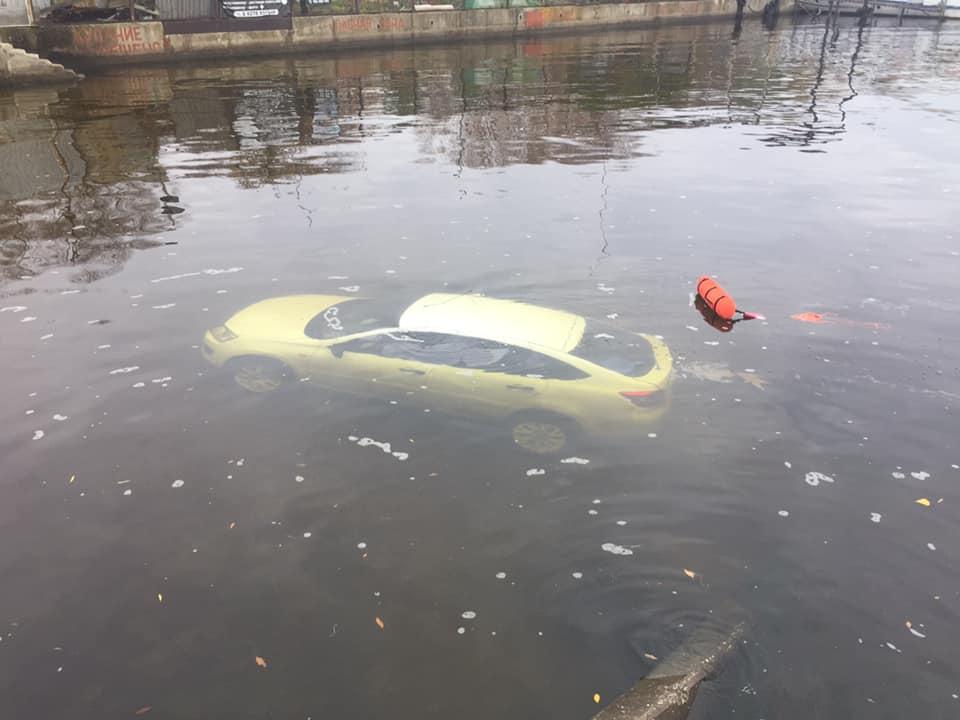 На набережной Тольятти в воде найдена машина с погибшей девушкой