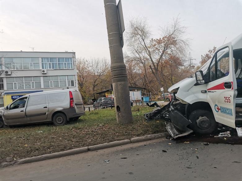 В Тольятти «скорая помощь» врезалась в столб
