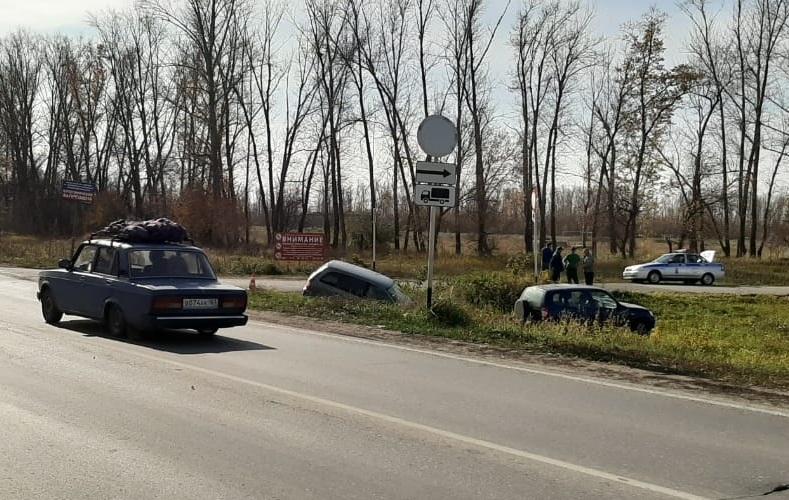 На трассе Тольятти-Хрящевка две машины вылетели в кювет