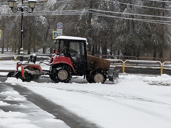 В Тольятти устраняют последствия первого снегопада