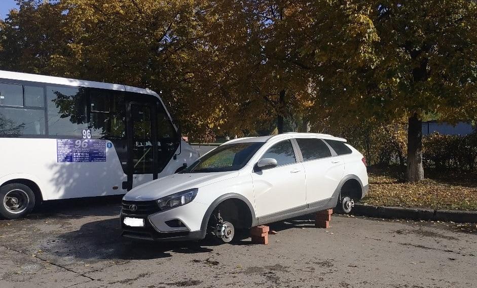Росгвардейцы поймали молодежь, снимавшую дорогие колеса с машин в Тольятти