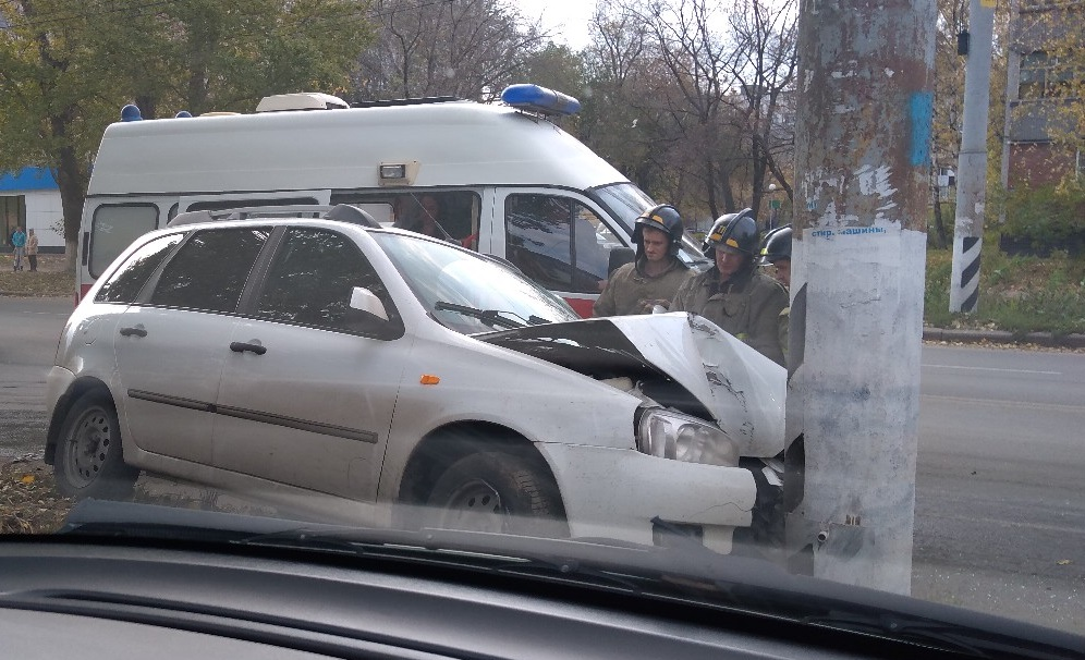 На видео попало жесткое ДТП «Нивы», «Лады» и столба в Тольятти