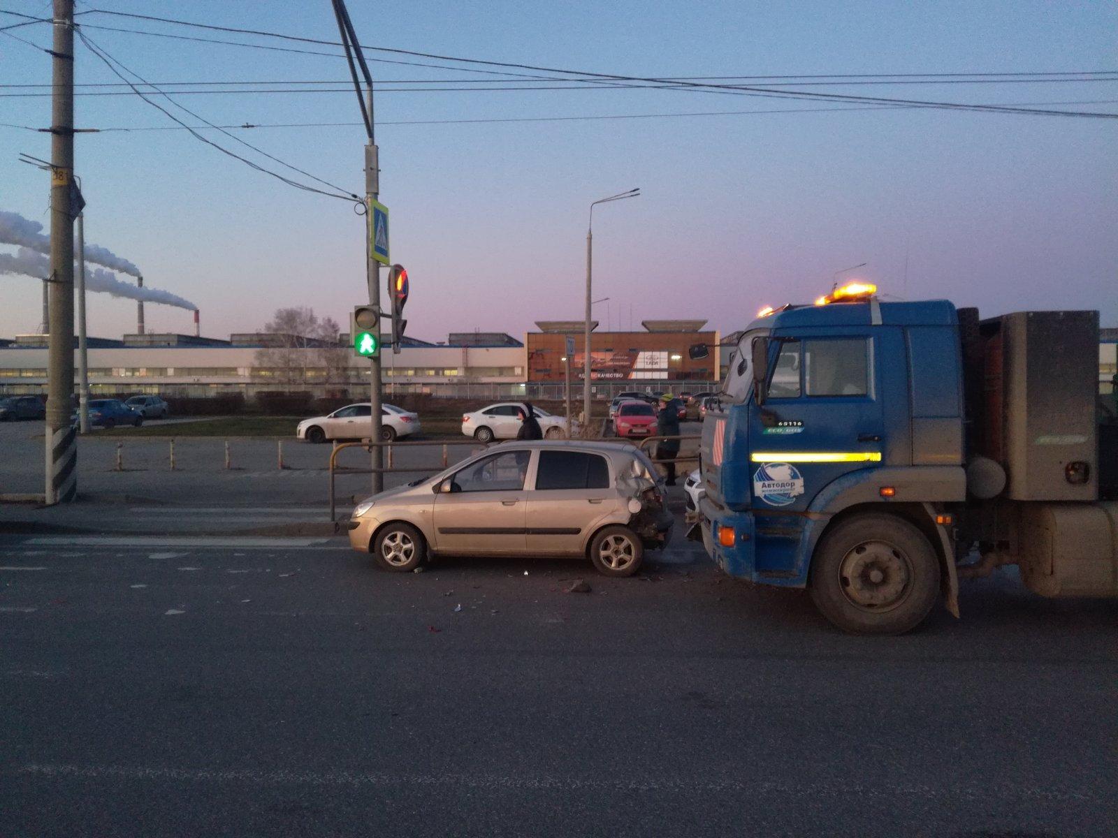 В Тольятти КАМАЗ врезался в легковушку. Пострадала женщина