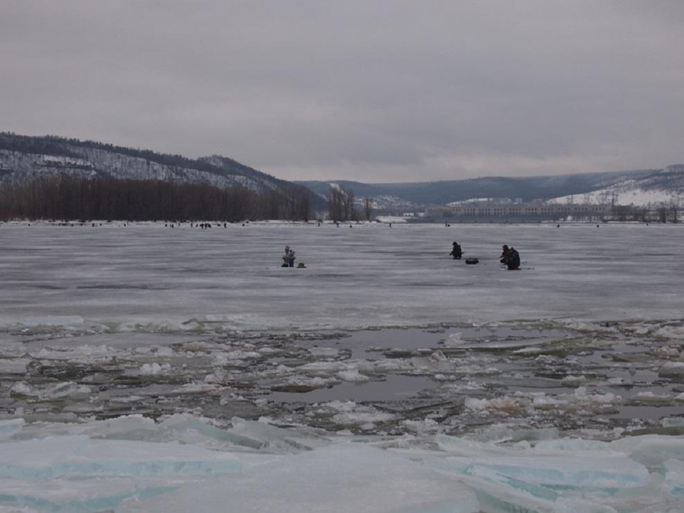 Самарских рыбаков сняли с отколовшейся льдины в Ульяновской области
