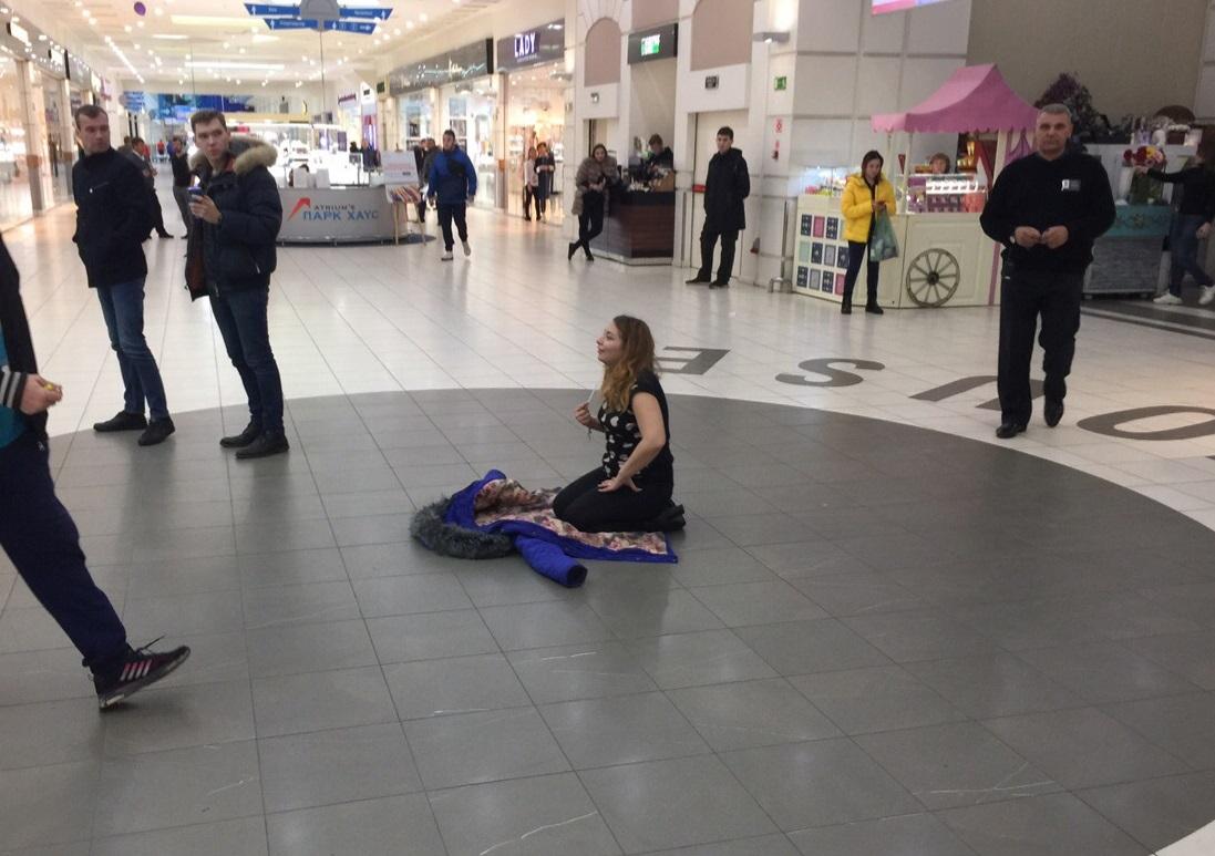 В тольяттинском ТЦ девушка сидела на полу и начитывала заклинания