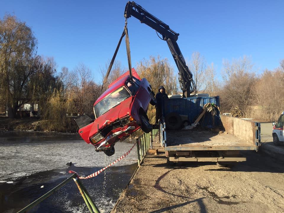 Перед всмятку: В Тольятти из воды подняли машину «дрифтеров»
