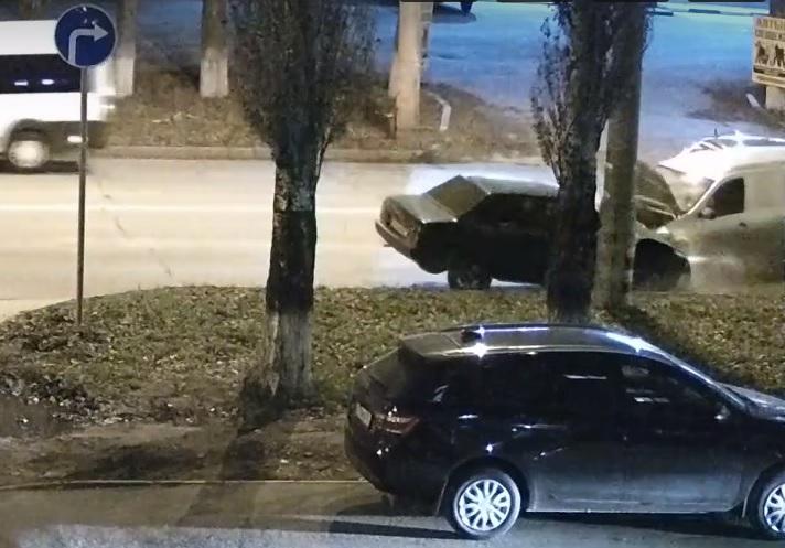 На видео попало лобовое столкновение машин в Тольятти