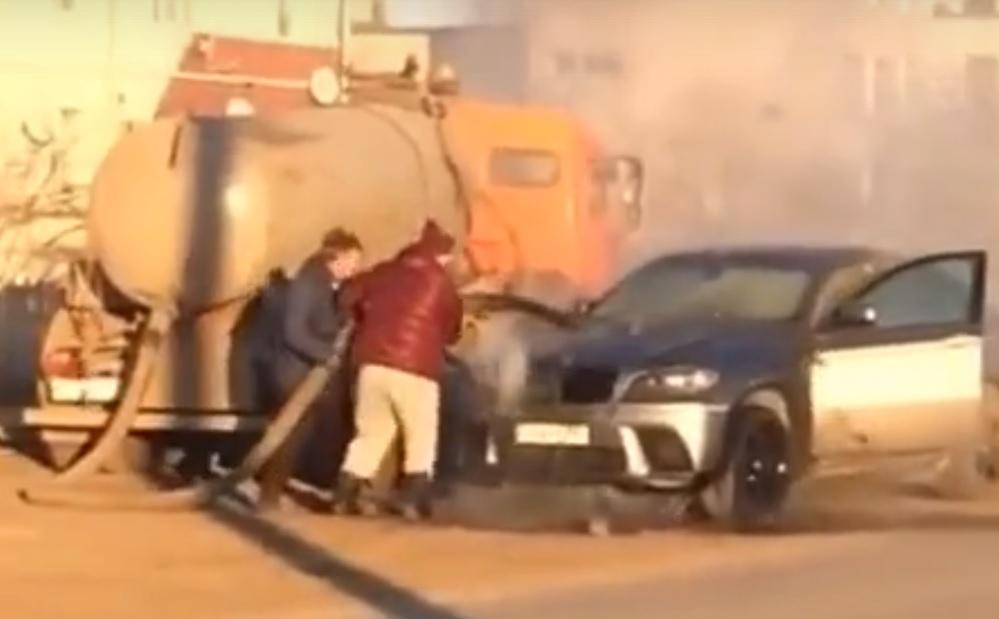 В Самаре загоревшийся «БМВ» потушили из ассенизаторской машины