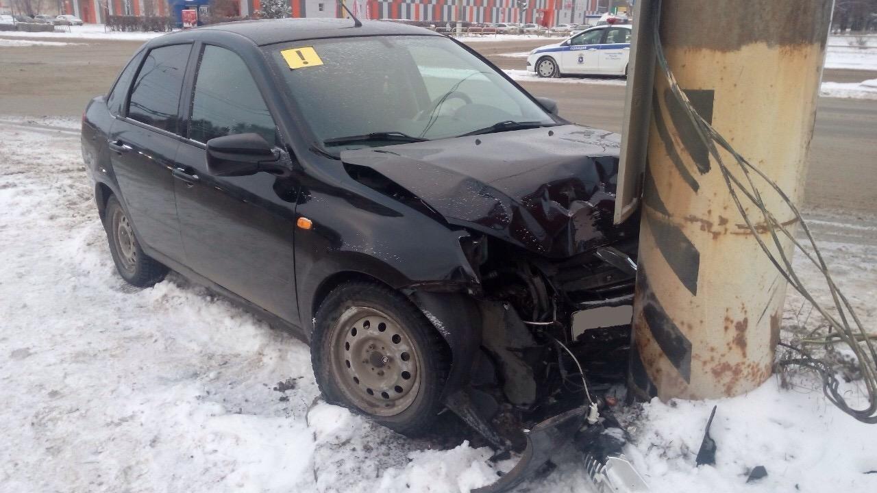 В Тольятти женщина на «Гранте» врезалась в столб