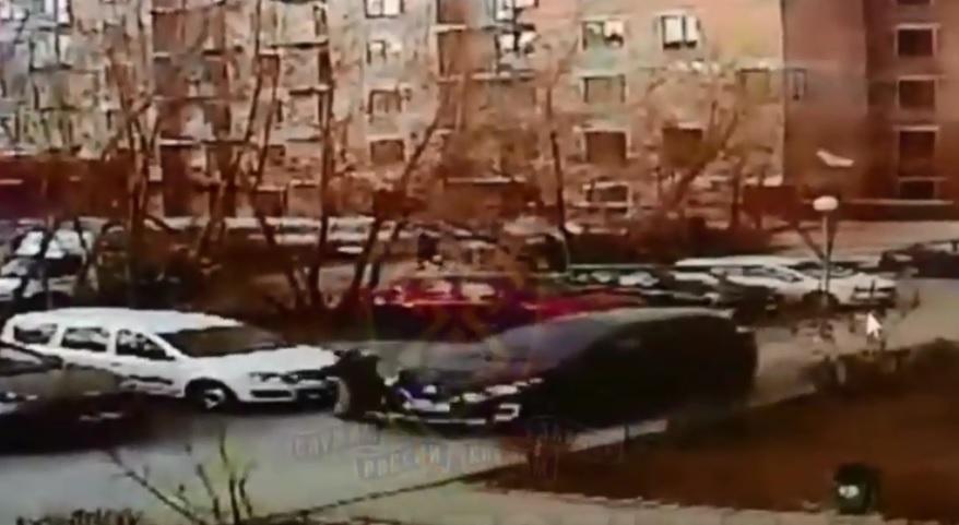 Без жалости: В Тольятти тетка на иномарке переехала пенсионерку во дворе