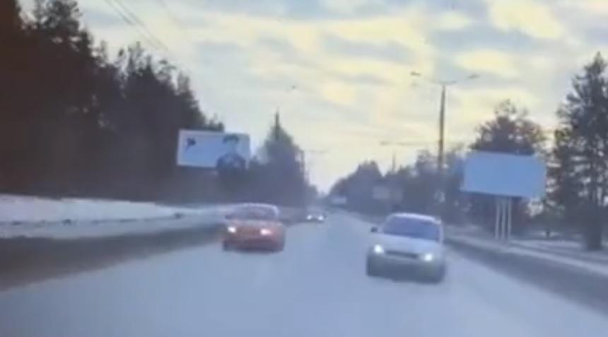 Опубликовано видео жесткой аварии с 4 машинами в Тольятти