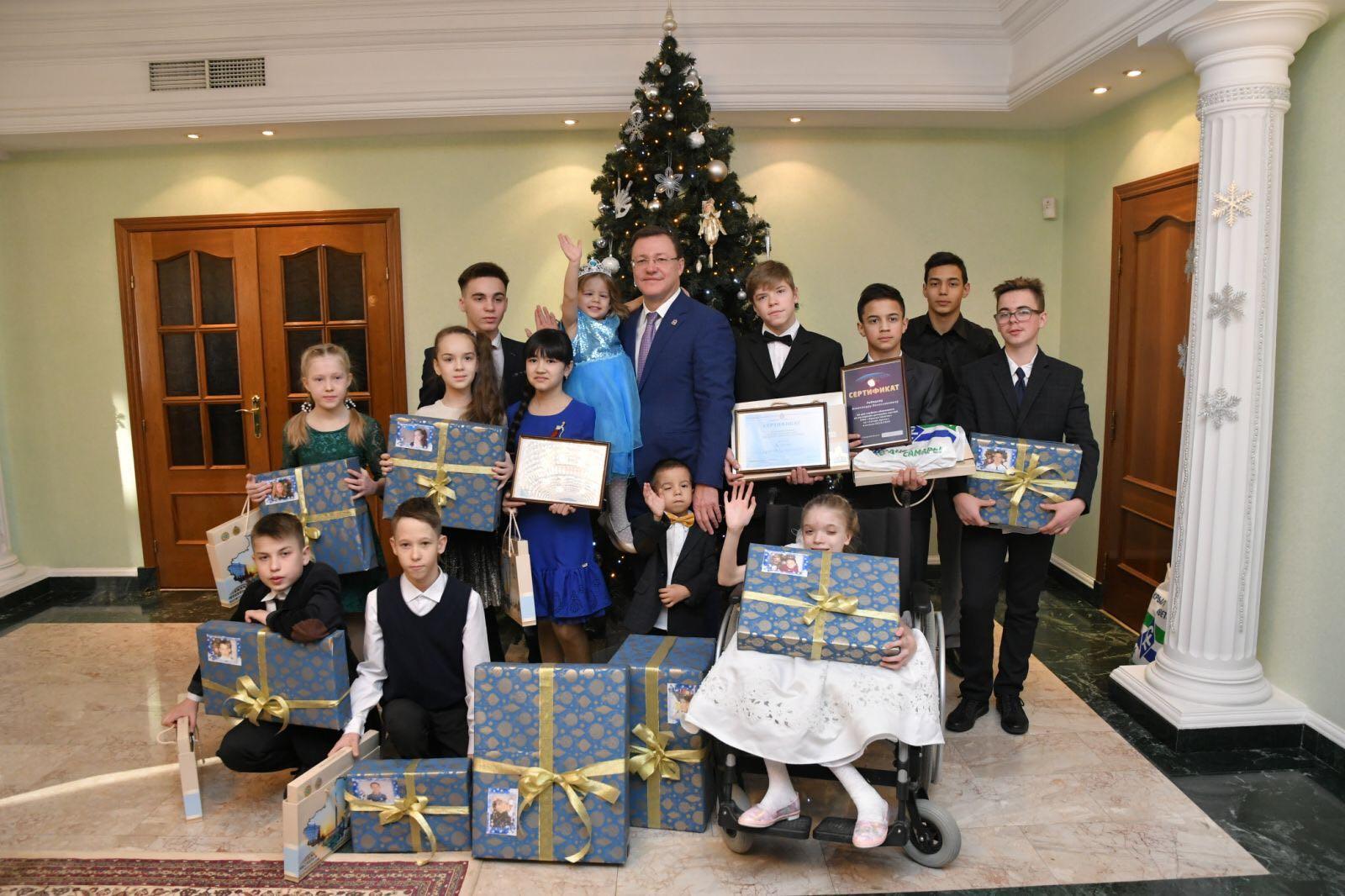 Дмитрий Азаров выполнил новогодние желания юных жителей региона