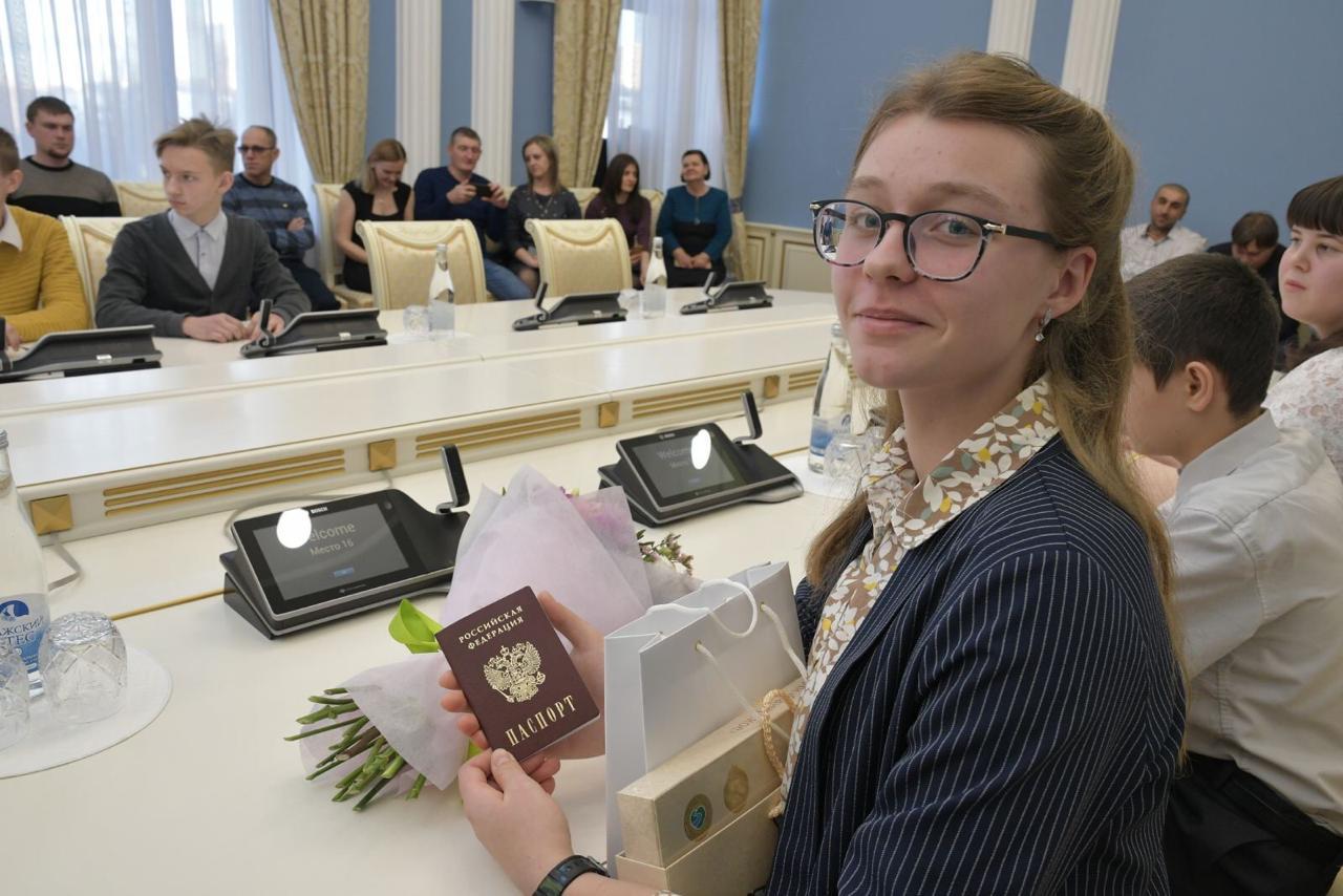 В День Конституции Губернатор Дмитрий Азаров вручил паспорта юным самарцам