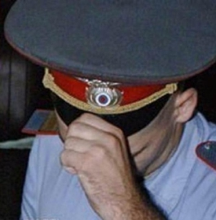 В Тольятти бывшие транспортные полицейские заставляли мужчину собирать коноплю