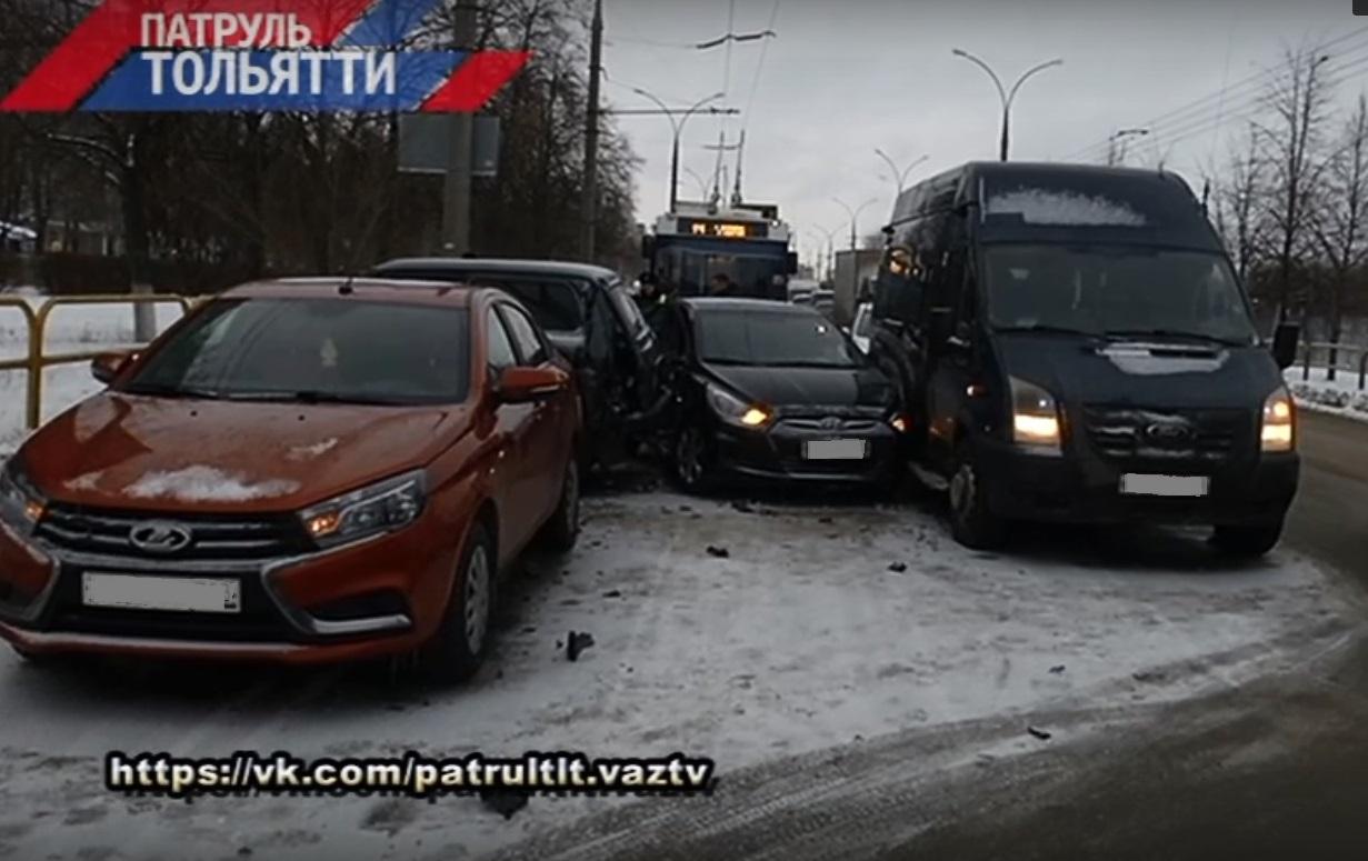 В Тольятти столкнулись три машины и маршрутка