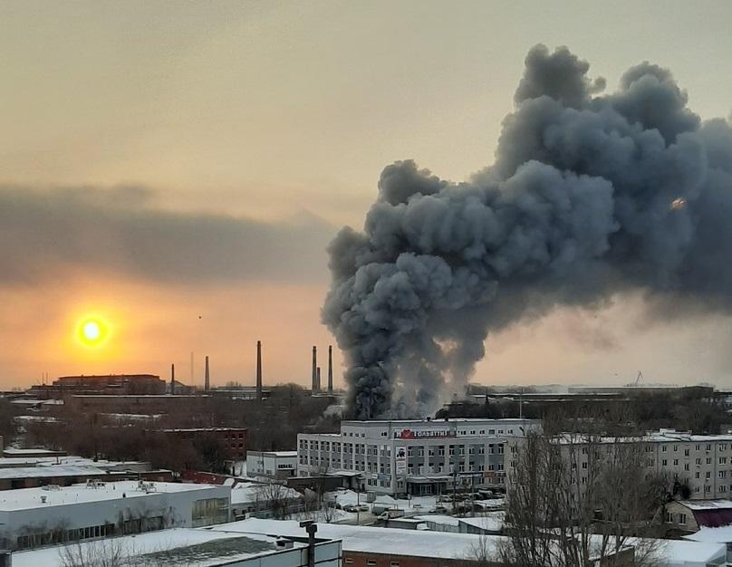 В Тольятти перекрыли улицы из-за сильного пожара на складе