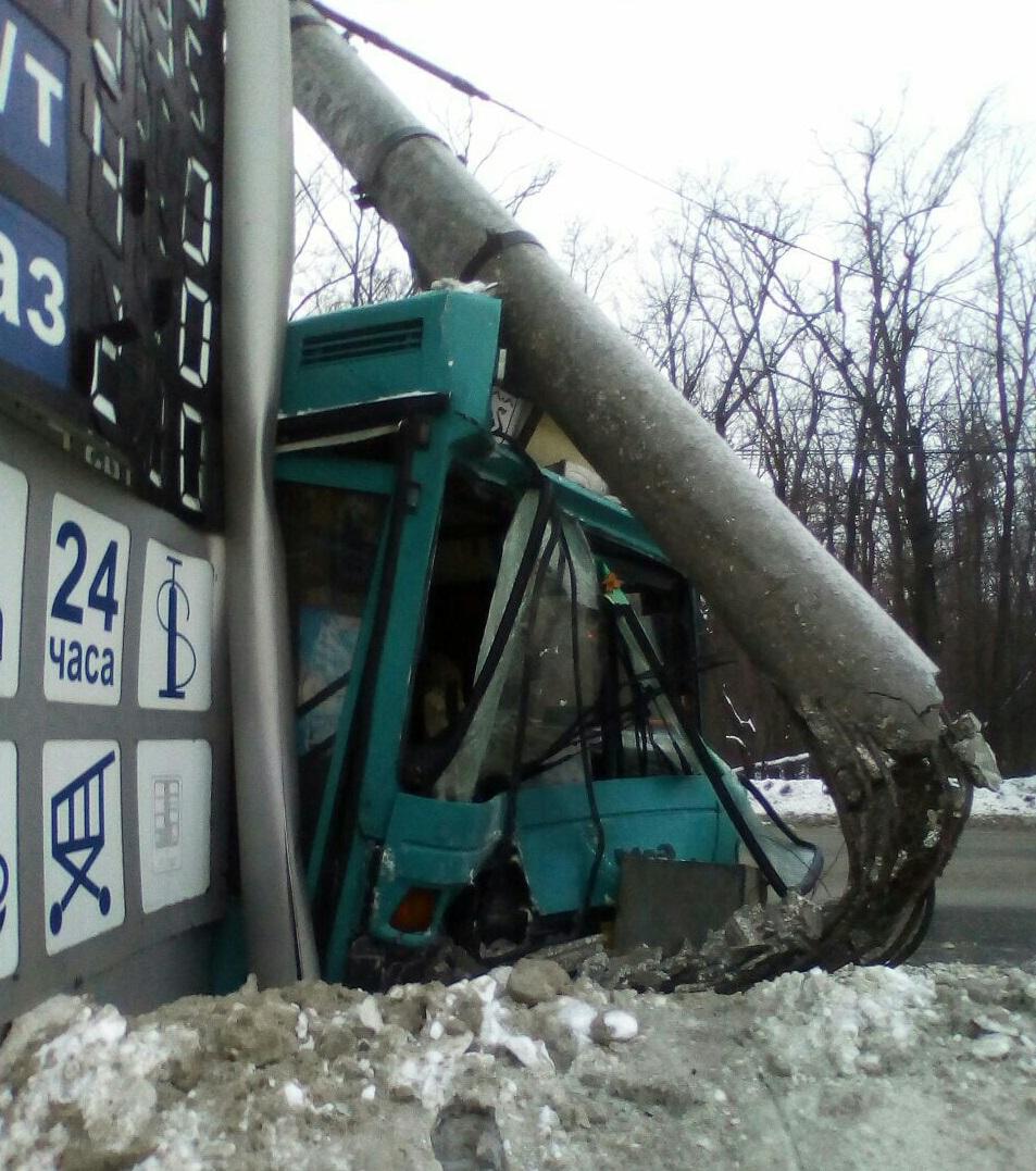 Поручни были вырваны: В аварии с автобусом в Тольятти пострадала женщина