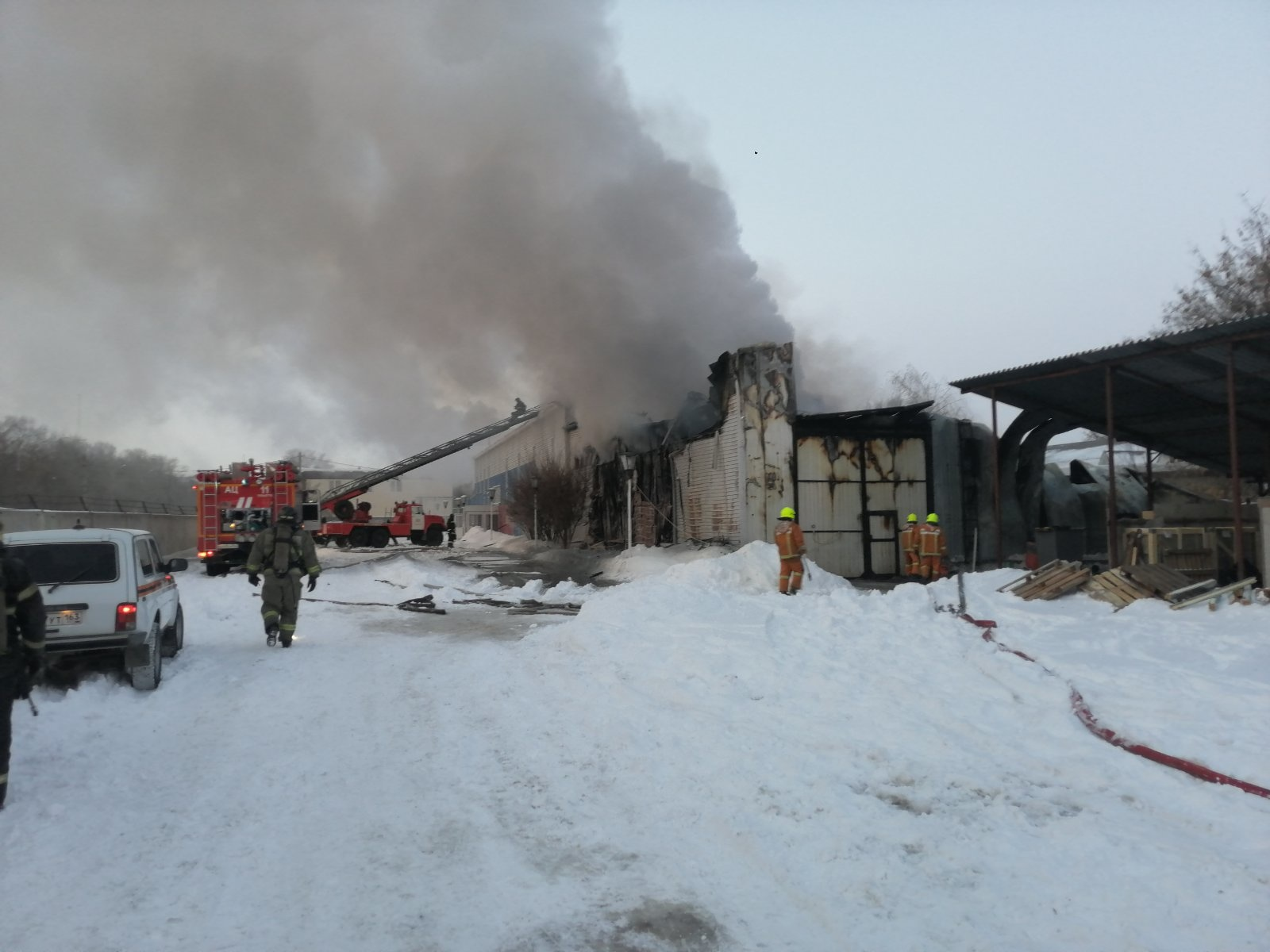В МЧС назвали возможную причину сильного пожара на складе в Тольятти