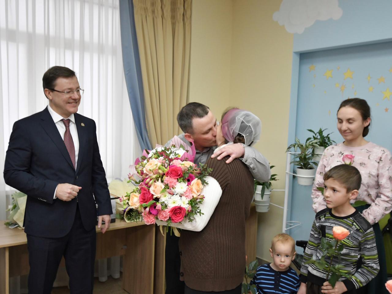 Дмитрий Азаровпоздравил многодетные семьи с рождением малышей