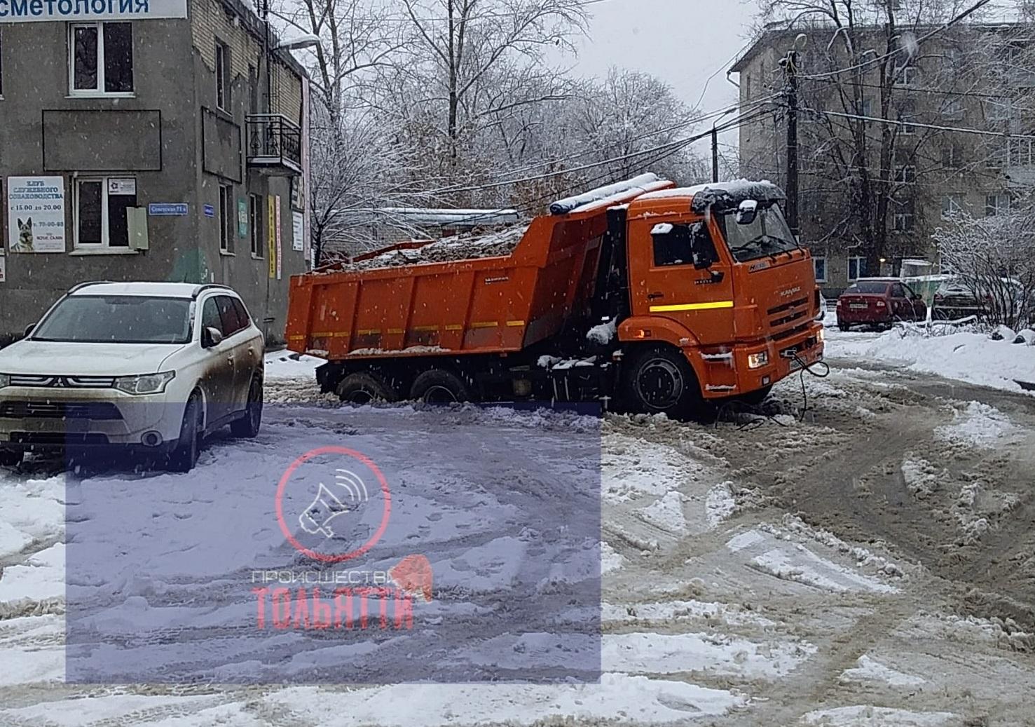 В Тольятти КАМАЗ с песком провалился в яму на дороге