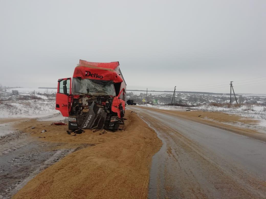 Водитель выскочил из кабины: Вблизи Тольятти прицеп врезался в грузовик