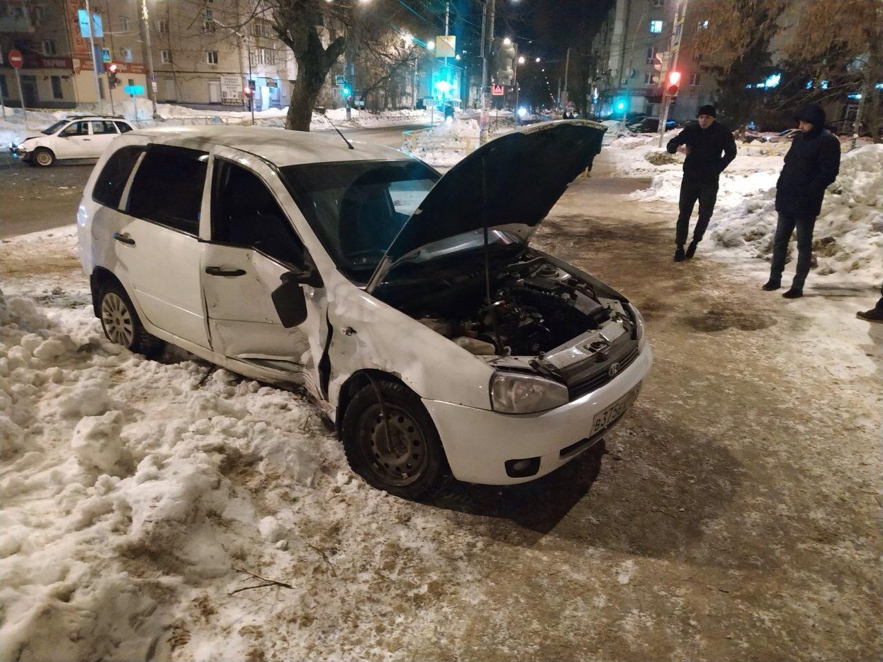 В Тольятти на перекрестке столкнулись две «Калины»