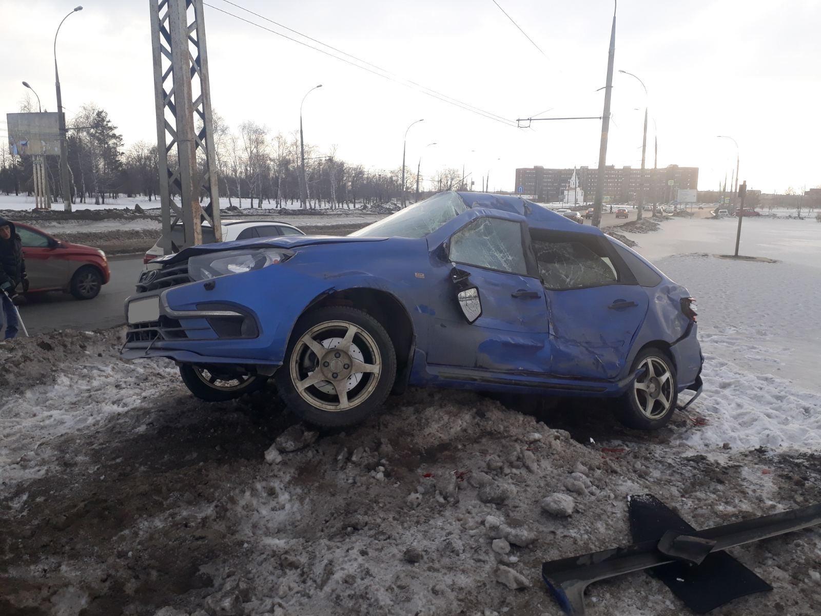 В Тольятти перевернулась «Лада», налетевшая на снежный бруствер