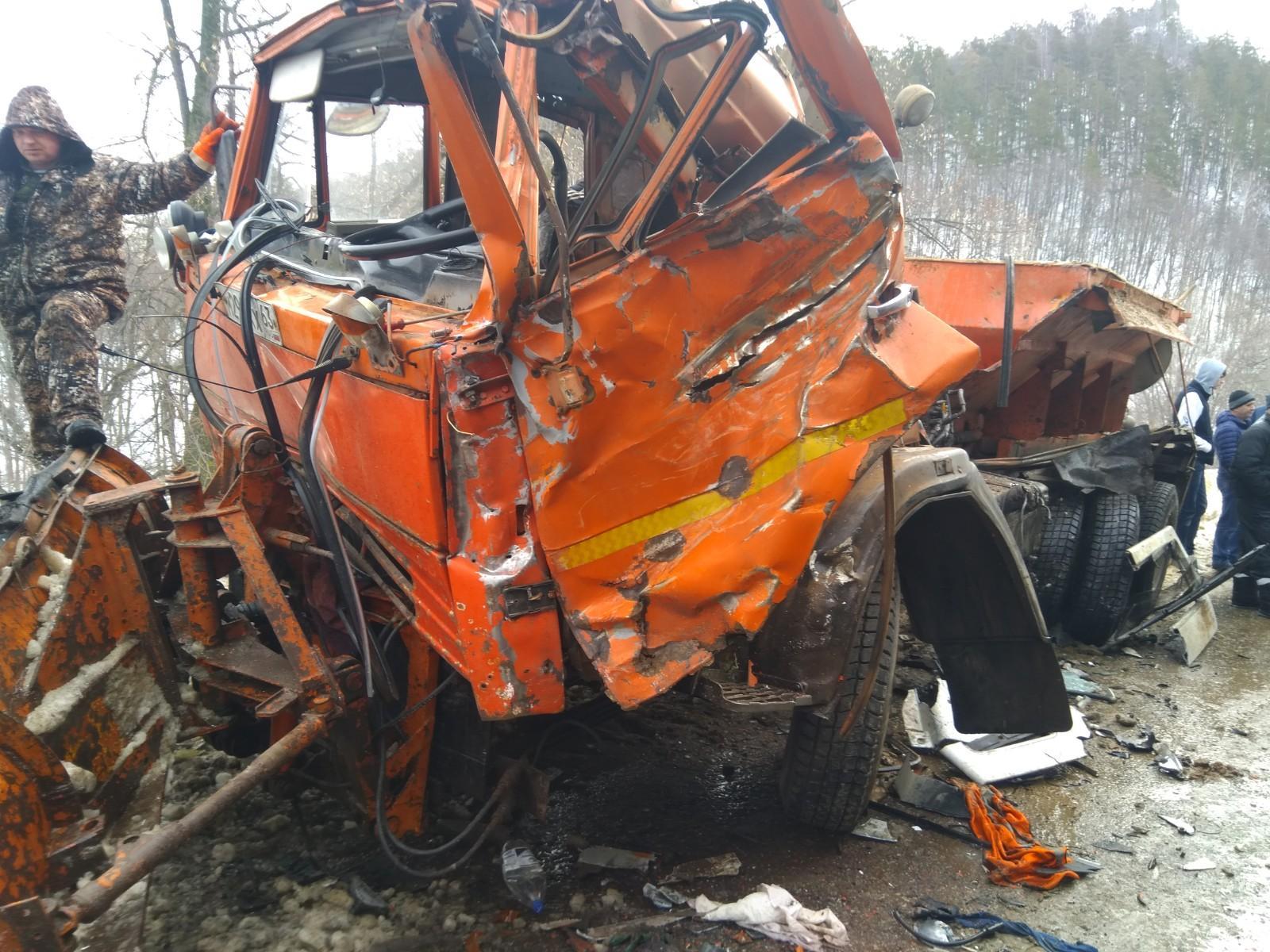 Под Тольятти на встречной полосе столкнулись три грузовика